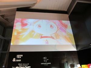 マドラウンジの壁面では新編の予告動画が無限ループ