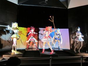 マドラウンジのステージを魔法少女5人が共闘する等身大フィギュアが飾る。