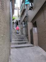 九份の路地裏にて階段を上るおばあさん